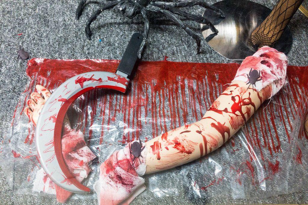 Halloween Dekoration: blutige Sichel und abgetrennter Arm