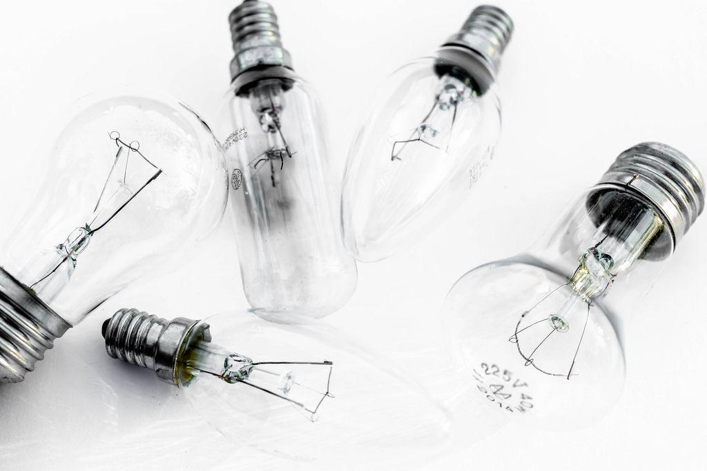 Halogen-Glühbirnen auf weißem Hintergrund