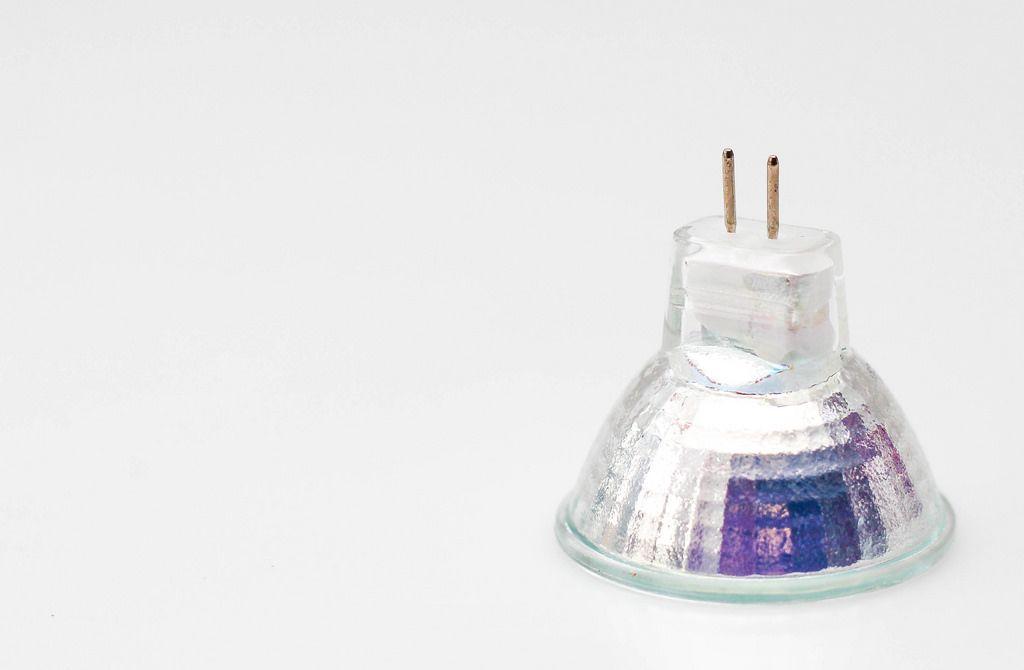 Halogen-Lampe vor weißem Hintergrund