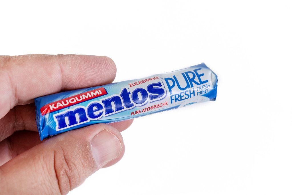 Hand hält die längliche Verpackung von Mentos Pure Fresh zuckerfreien Kaugummis