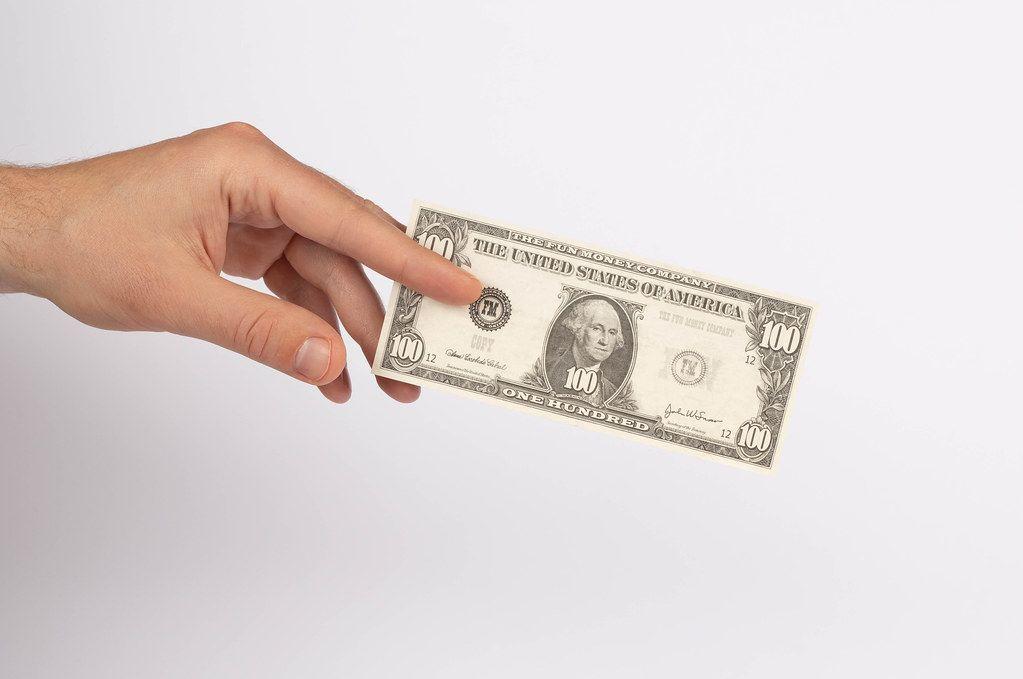 Hand hält einen amerikanischen 100 Dollar Schein