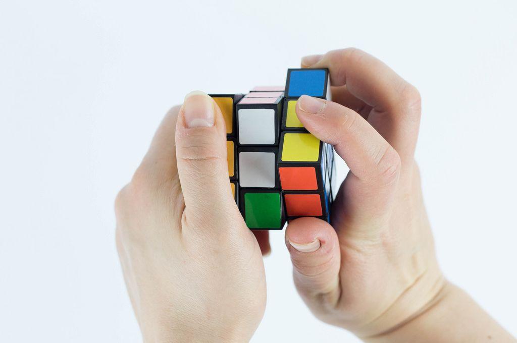 Hände beim Lösen eines Zauberwürfels