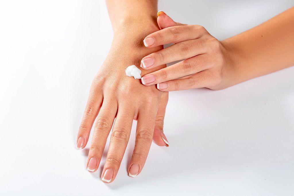 Hände eincremen, um die Haut jung zu halten