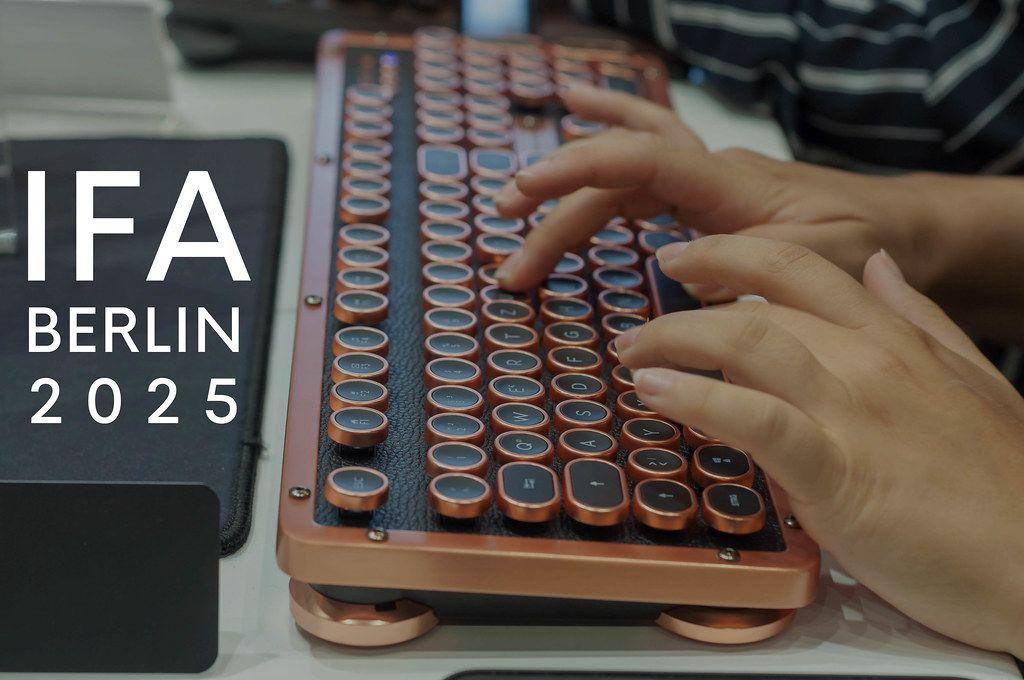 Hände tippen auf einer besonderen Computertastatur im Retrolook, neben dem Bildtitel