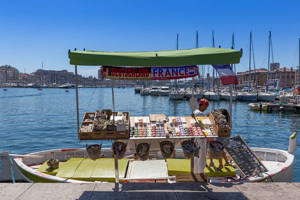 Händler auf Boot in Marseille
