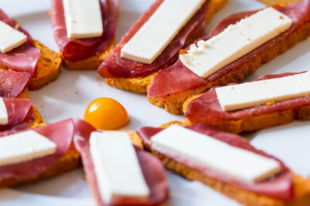 Häppchen: Tomaten-Zwieback, Schinken und Käse