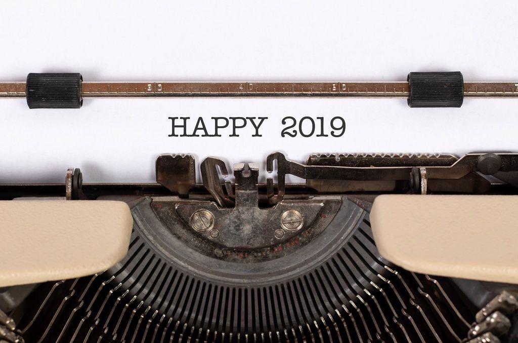 Happy 2019 mit einer alten Schreibmaschine geschrieben