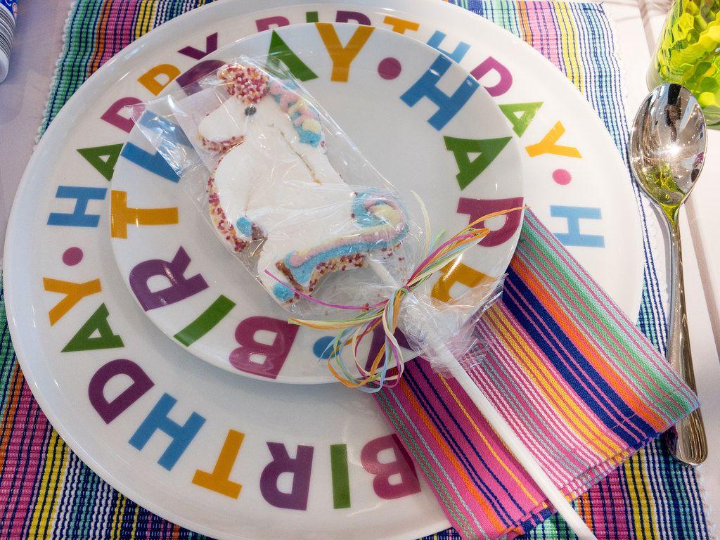 Happy Birthday: Geburtstagsfeier mit bunten Tellern