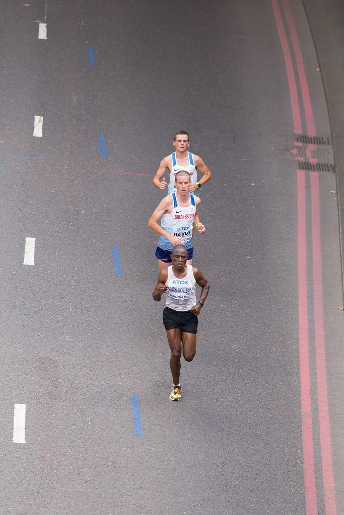 Happy Nadacha Mchelenje und weitere Läufer (Marathon Finale) bei den IAAF Leichtathletik-Weltmeisterschaften 2017 in London