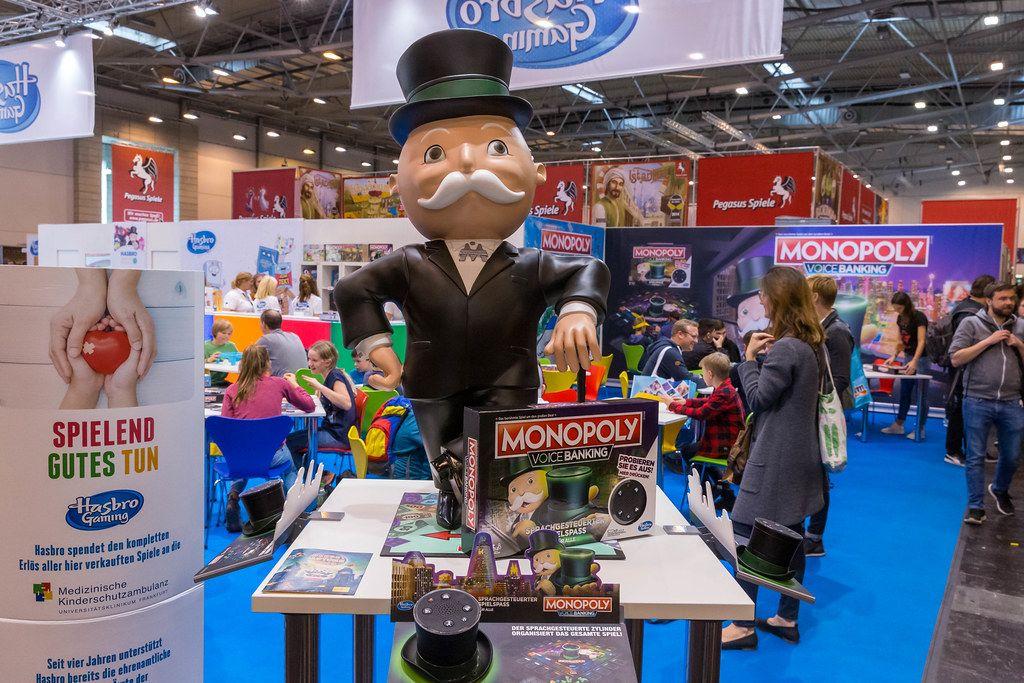 Hasbro Stand auf der Spiel in Essen - Großer Monopoly Voice Banking Aufsteller