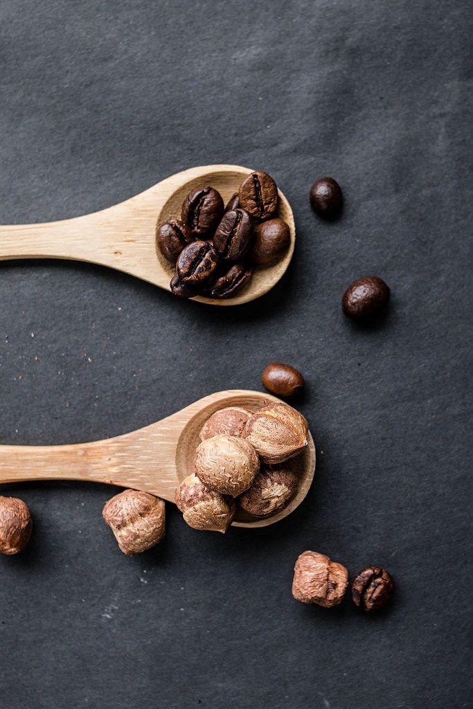 Haselnüsse und Kaffeebohnen