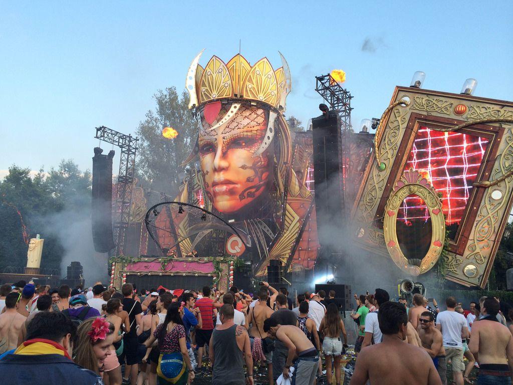 Hauptbühne im Steampunk-Look beim Musikfestival Tomorrowland 2014 - Antwerpen, Belgien