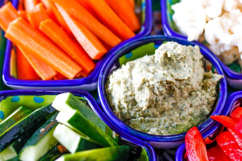 Hausgemachter Humus mit Karotten, Gurken und Paprika