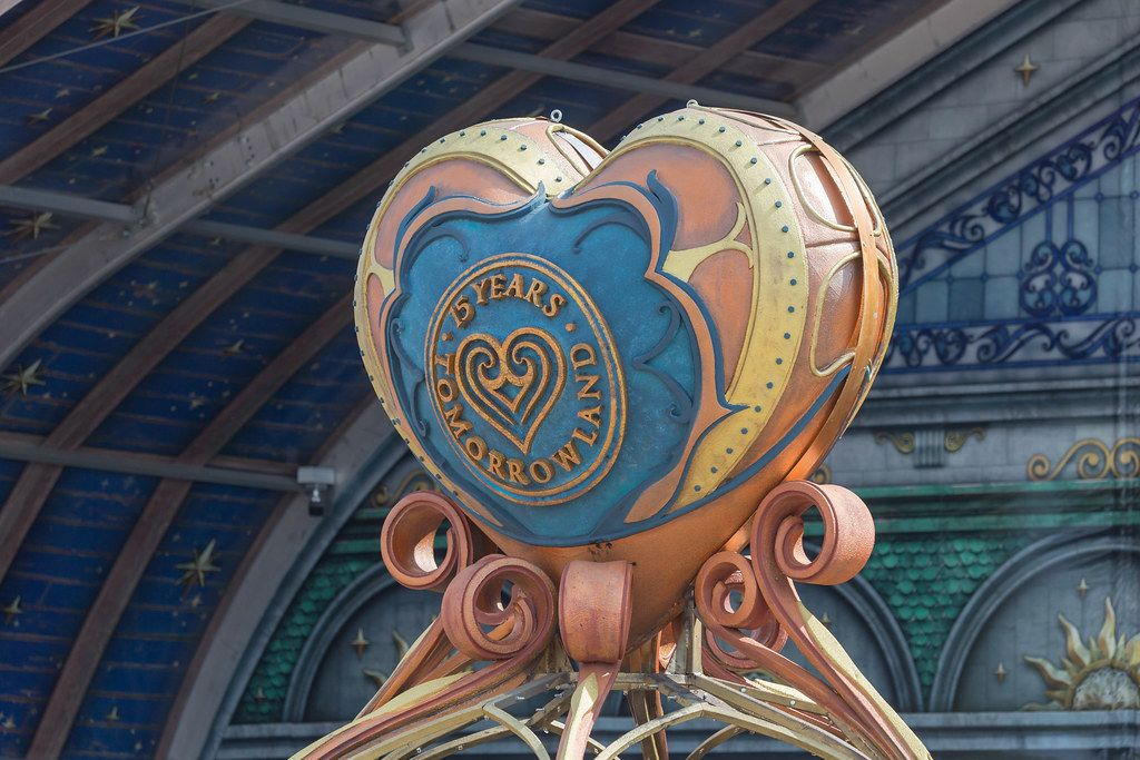 Heart-shaped sculpture for the 15th anniversary oft he festival with text