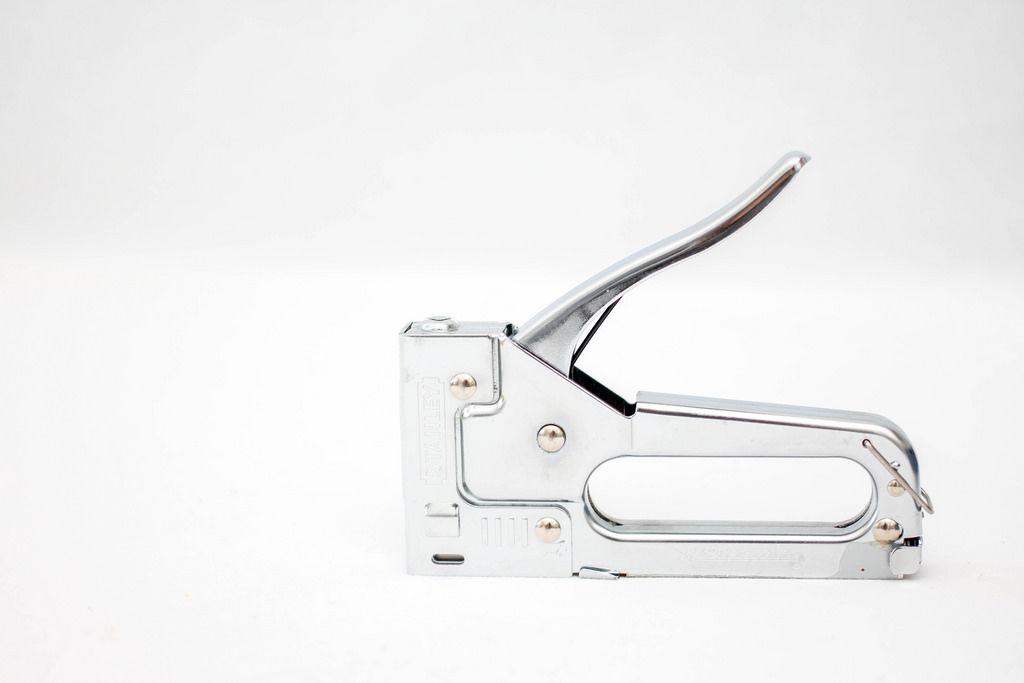 Heftmaschine vor weißem Hintergrund