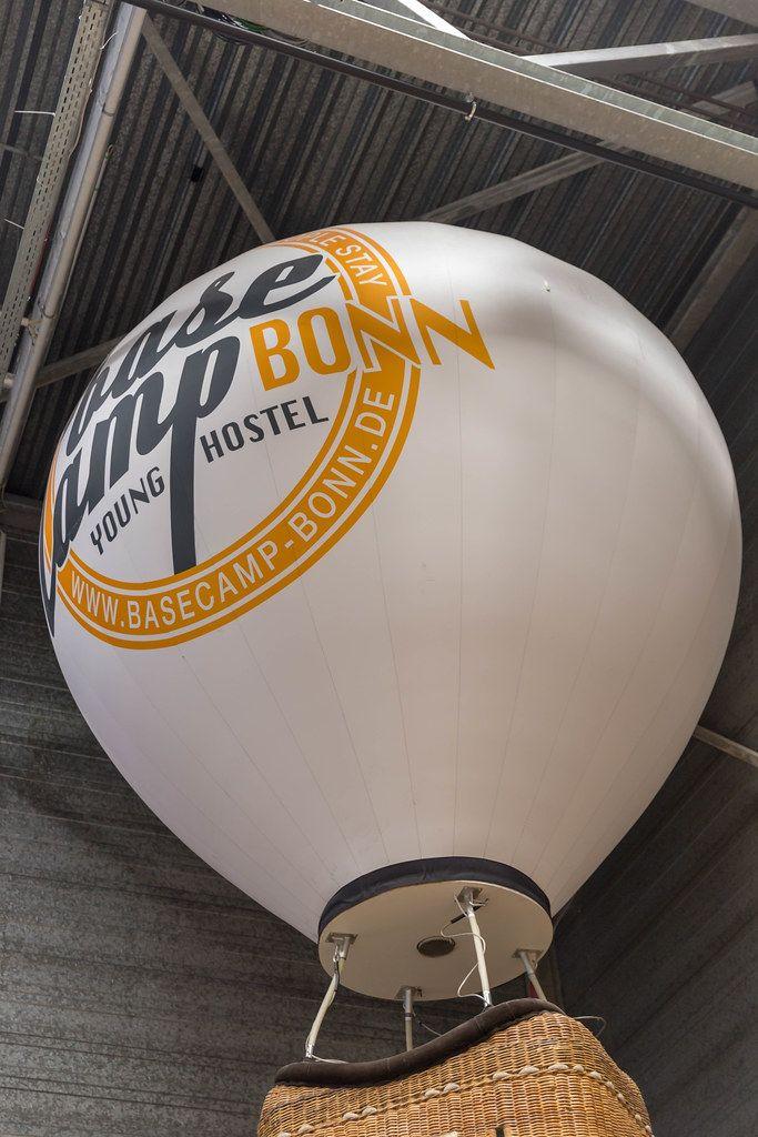 Heißluftballon an der Decke des Basecamp Bonn - Young Hostel