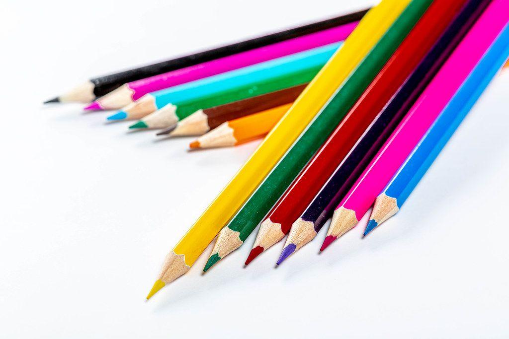Helle, bunte Farbstifte auf weißem Hintergrund - Das Konzept der Vorbereitung für die Schule
