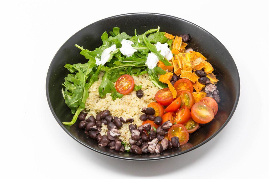 Hello Fresh Kubanische Quinoa Bowl - mit Rucola mit Sauerrahm, schwarzen Bohnen, Kirschtomaten und zimtigen Süßkartoffeln