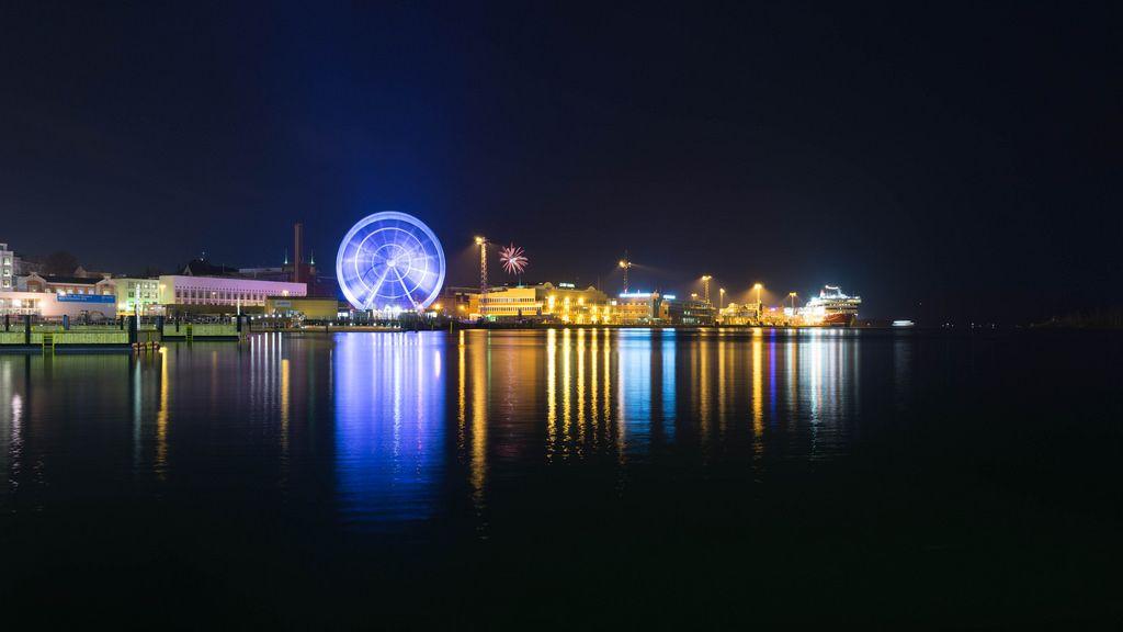 Helsinki blue ferris wheel / Helsinki blaues Riesenrad
