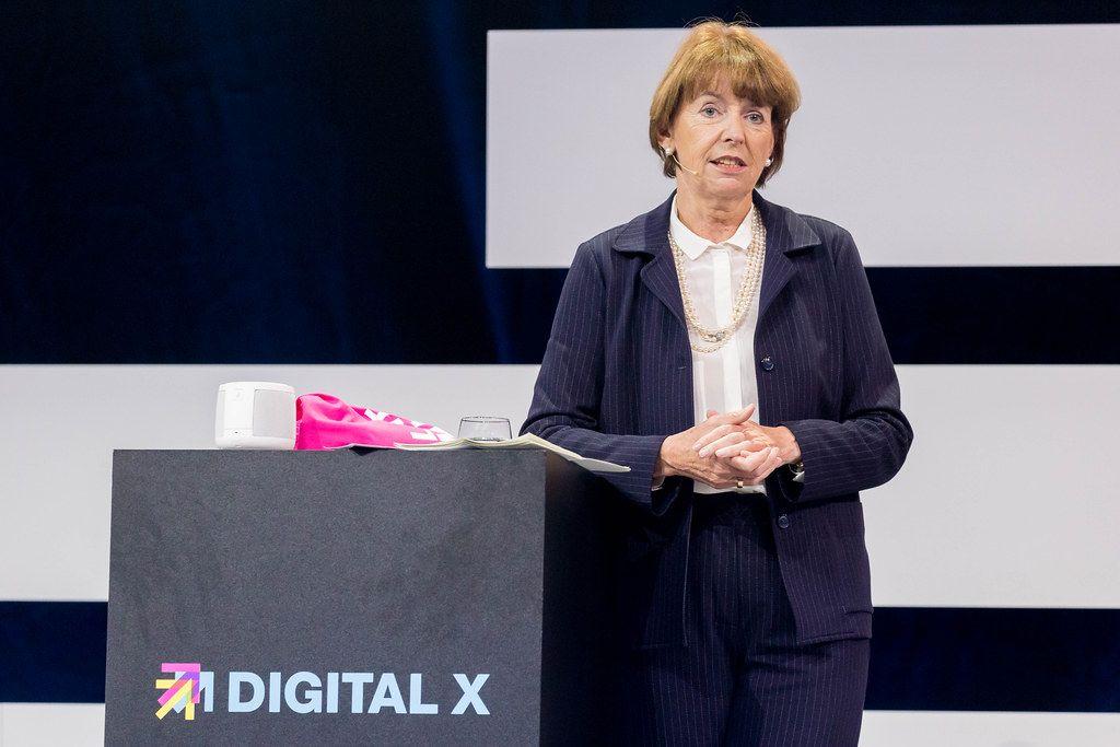 Henriette Reker bedenklich auf der Bühne der Digital X in Köln