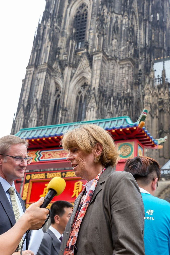 Henriette Reker (Bürgermeisterin Köln) vor dem Dom