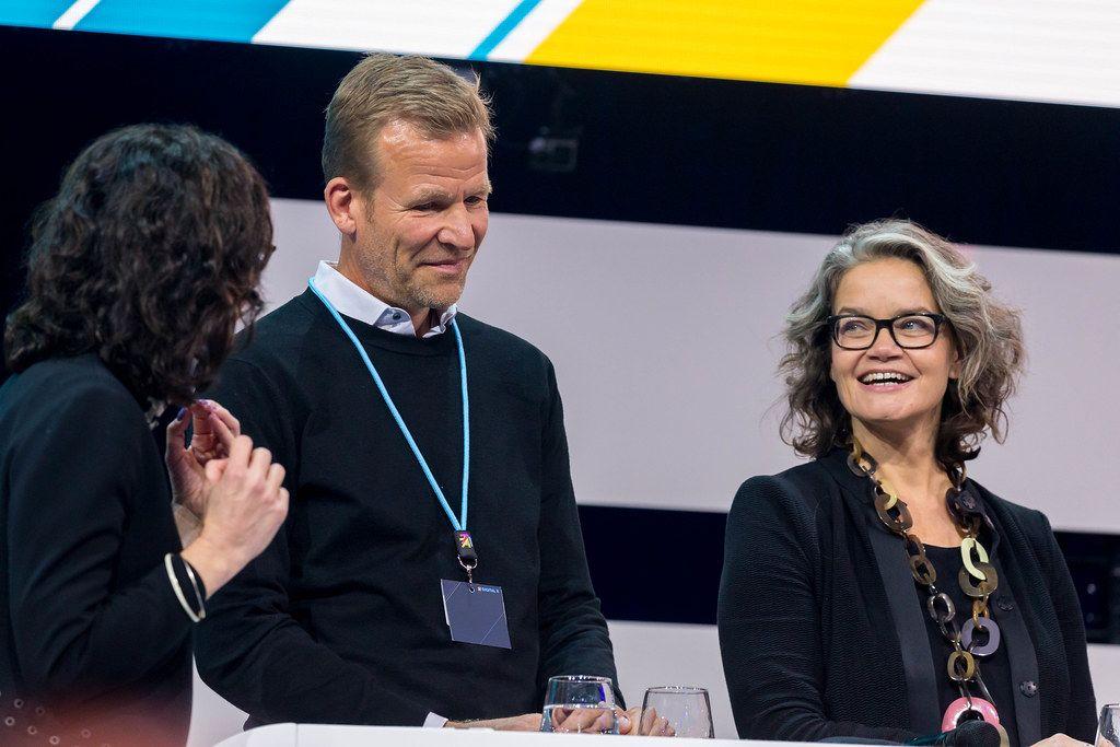 Henrik Büning, Co-Founder and CMO NEURO FLASH diskutiert auf der Bühne der Digital X mit Astrid Maier, Chefredakteurin Xing News