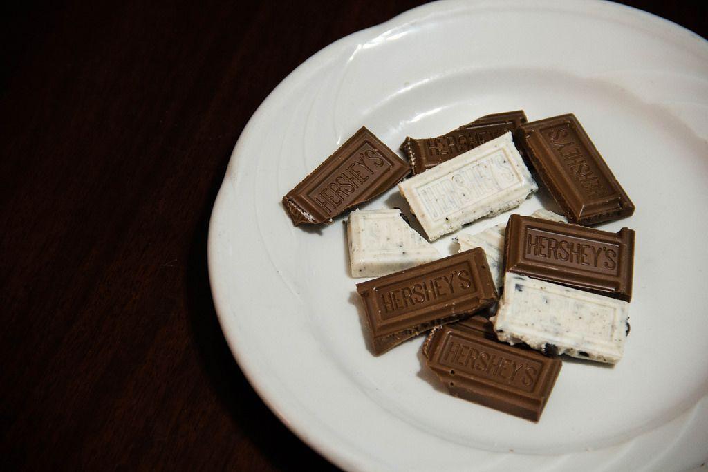 Hershey's-Schokolade auf einem weißen Teller