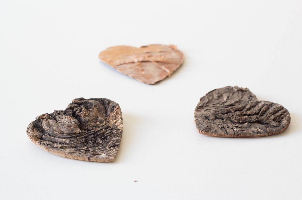 Herzen aus Holz vor weißem Hintergrund