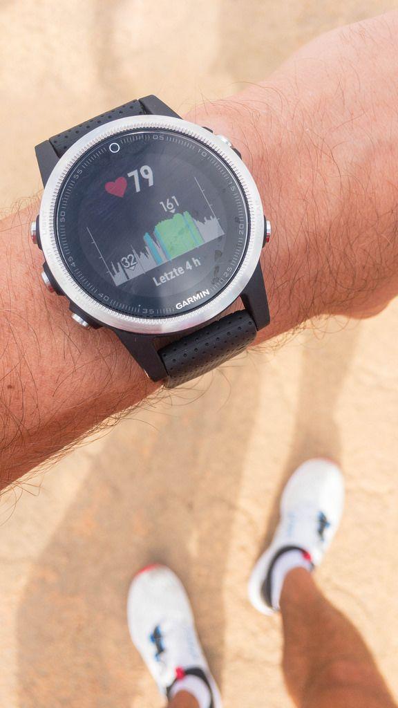 Herzschlagstatistik der letzen vier Stunden wird auf dem Display einer Garmin Smartwatch angezeigt