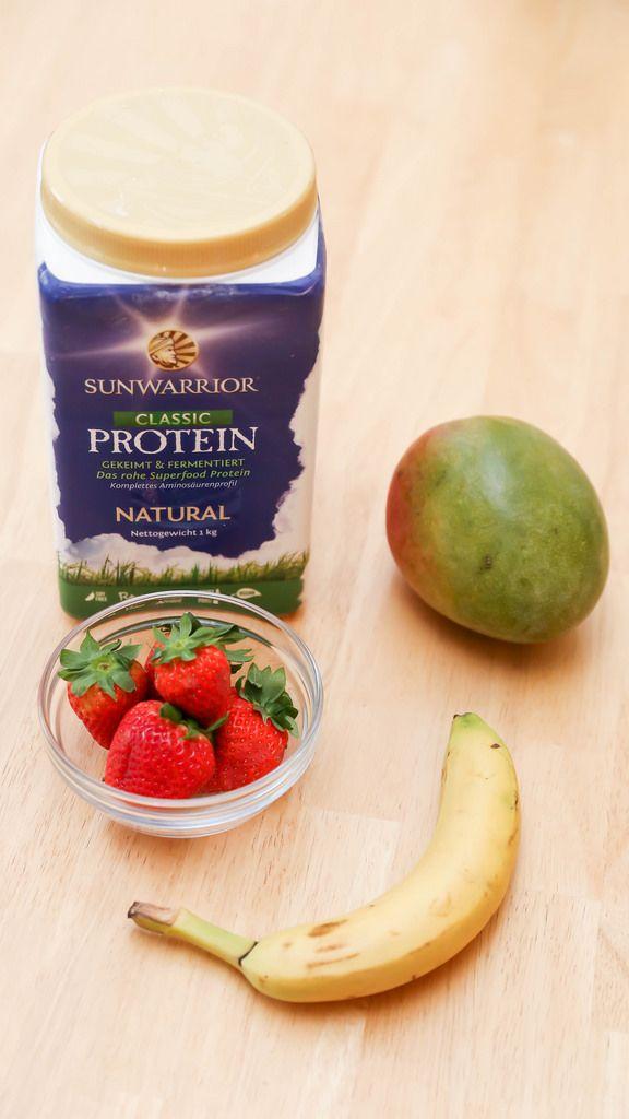Highcarbvegane Ernährung: Banane, Mango, Erdbeeren und Sunwarrior Protein
