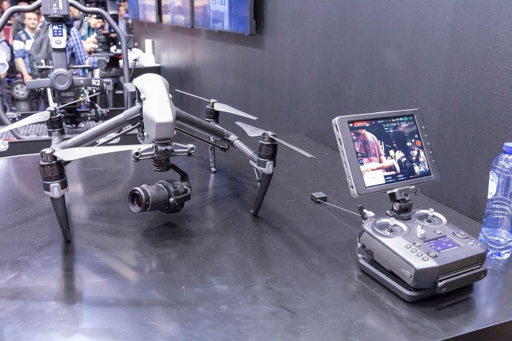 Hightech Drohne mit Action Kamera und Fernbedienung mit Bildschirm
