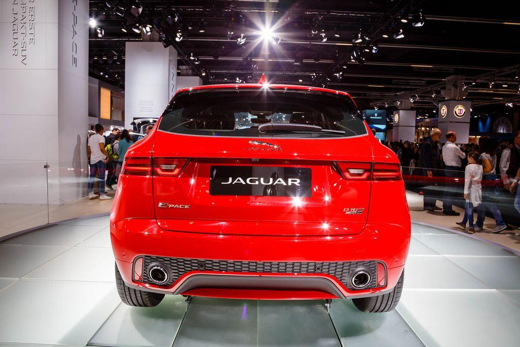 Hinteransicht des neuen roten E-Pace d180 von Jaguar bei der IAA 2017