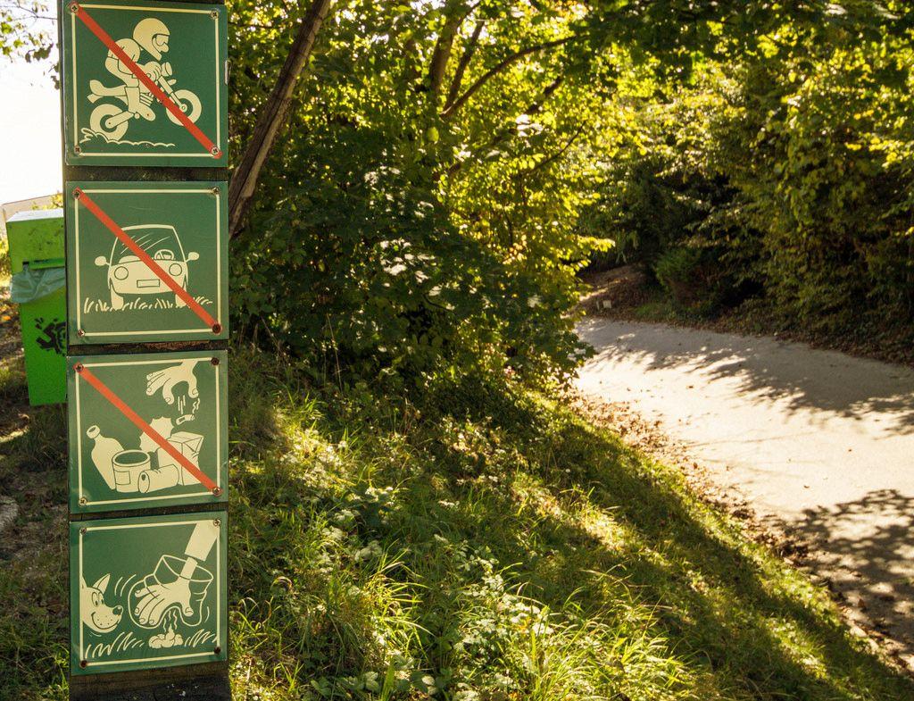 Hinweisschilder in einem Park