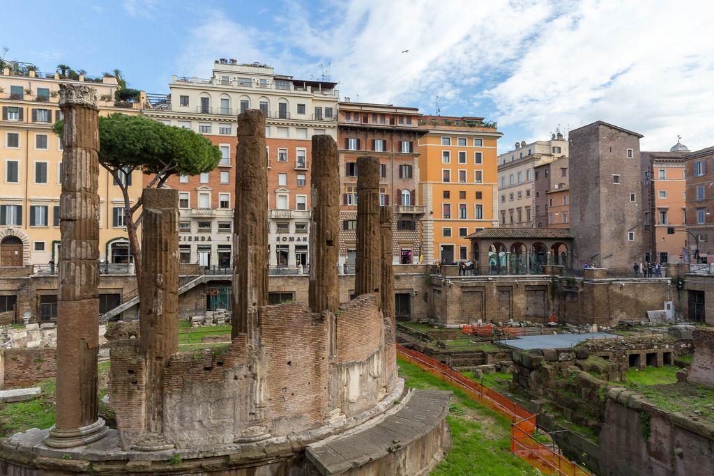Historische Ruinen und vergleichsweise moderne Gebäude bilden ein kontrastreiches Bild in Rom