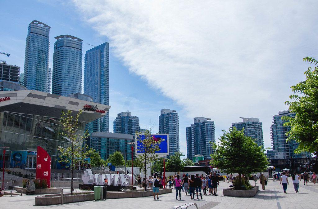 Hochhäuser und Eigentumswohnungen mit Glasfassade in Kanada