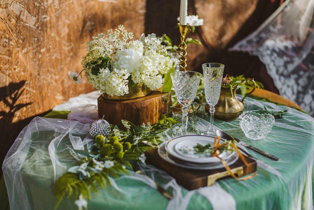 Hochzeits Dekoration auf einem Tisch - Arrangement mit Holz und Blumen
