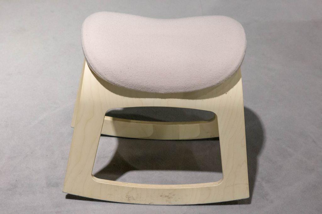Hocker aus hellem Holz mit rosarotem Stoff überzogene Sitzfläche