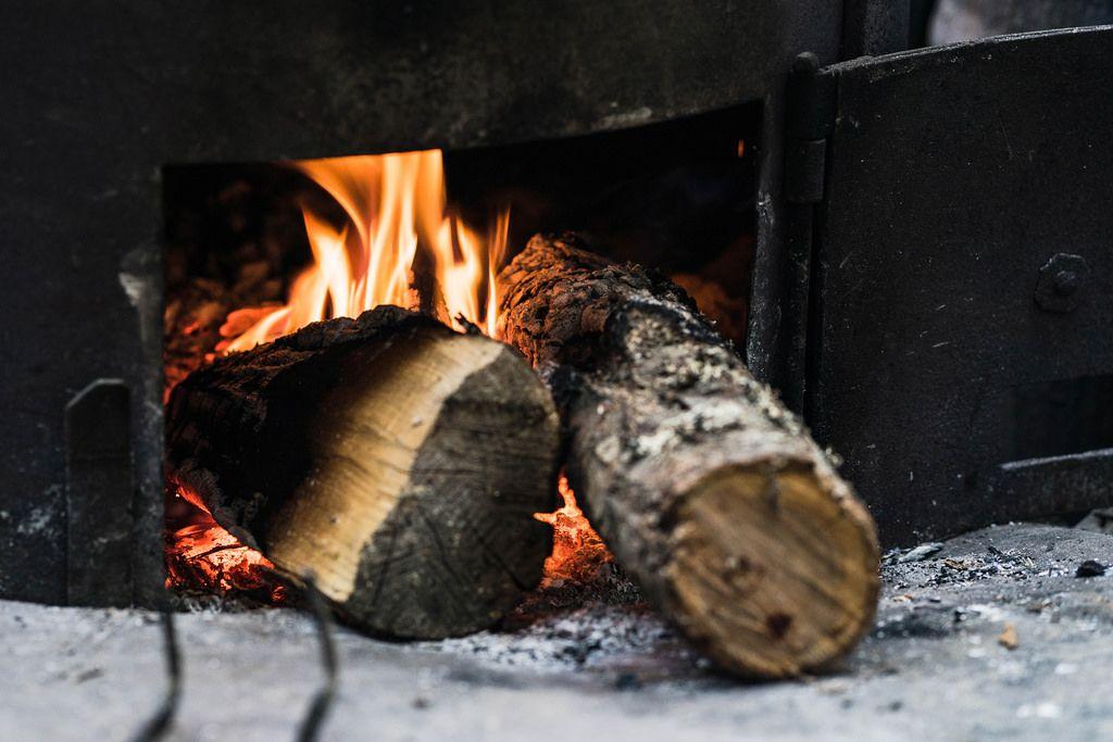 Holz in der Öffnung eines Ofens