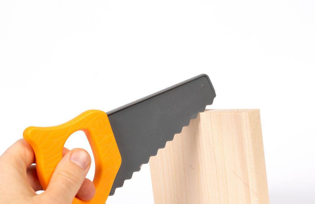 Holz mit einer Plastiksäge sägen
