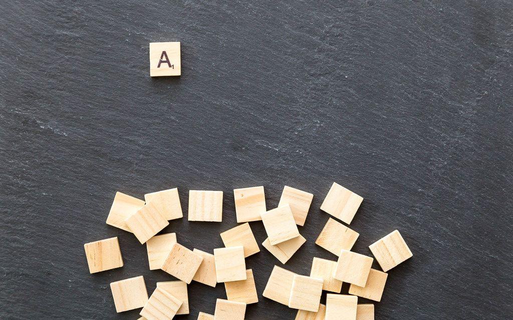 Holz-Scrabble auf Schieferplatte