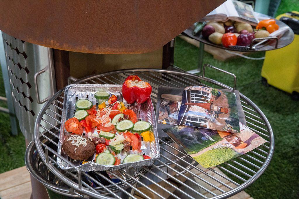 Holzkohlegrill mit Gemüse und Fleisch