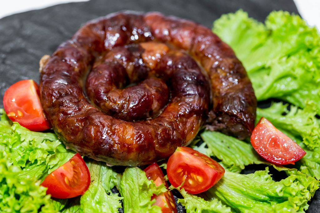 Home sausage with tomatoes and lettuce