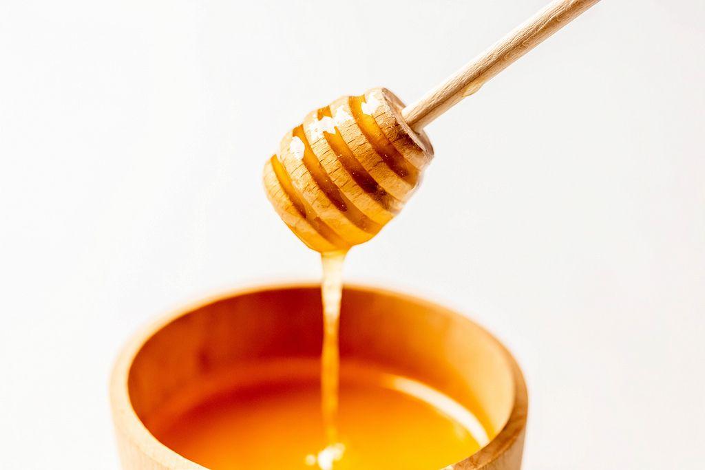 Honig Lauft Von Einem Honigstab In Ein Holzglas
