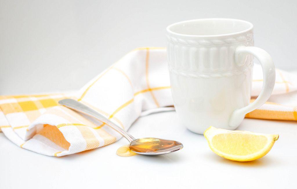 Honig mit Zitrone und Wasser