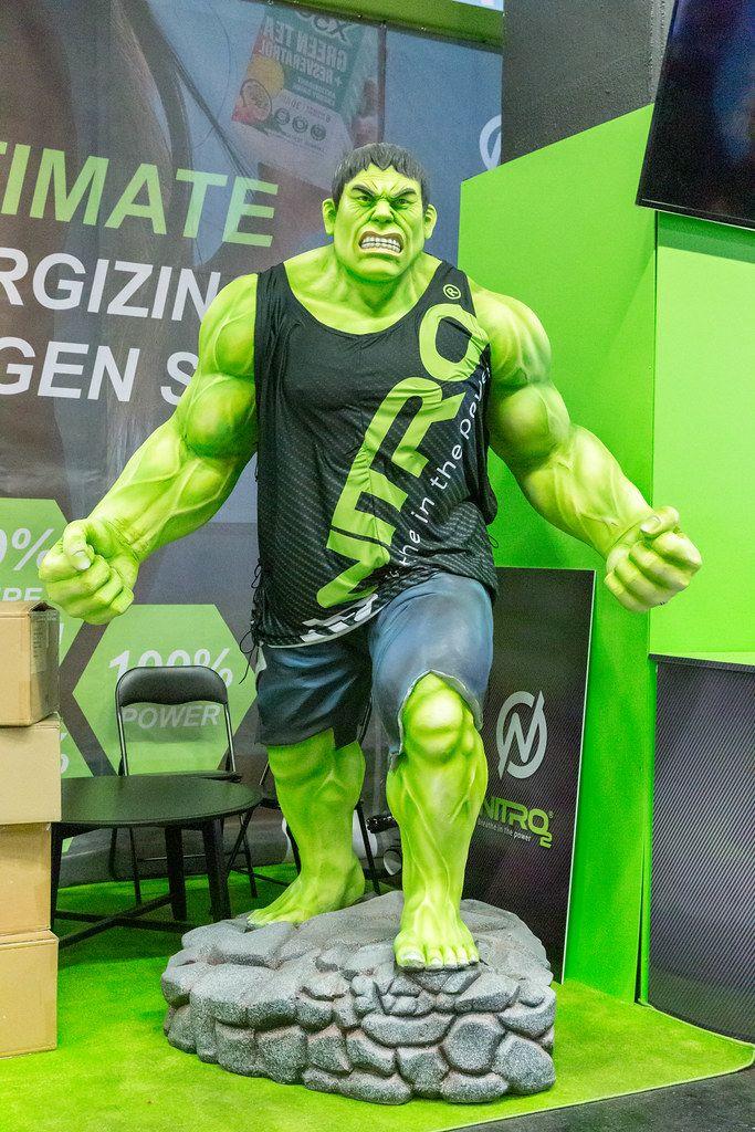Hulk-Figur promotet Nitro 2 Sauerstoffspray auf der Fibo in Köln