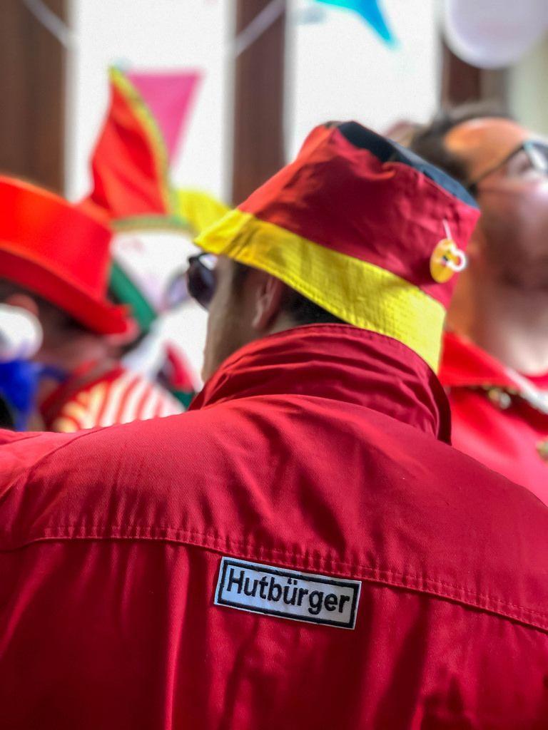 Hutbürger - Ein Mann mit einem Hut in den Farben der Deutschen Nationalflagge und einer roten Weste