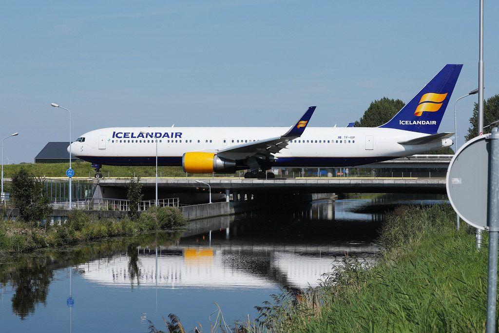 Iceland Air rollt über die Brücke des Amsterdam Schiphol Airports