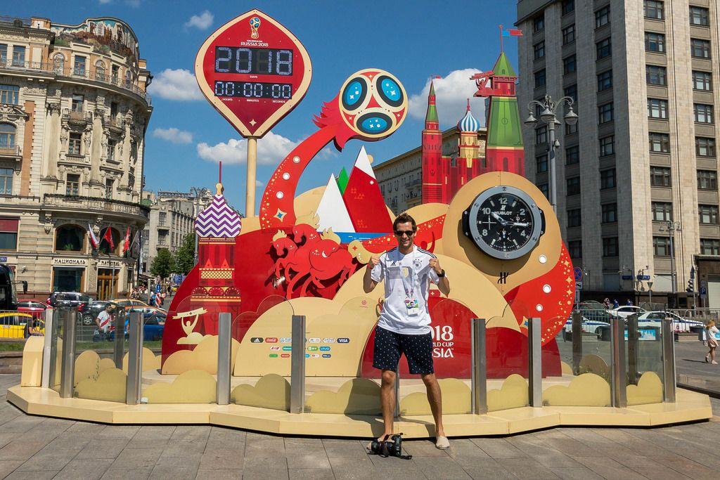 Ich vor der offiziellen Uhr der Fußball-Weltmeisterschaft 2018 in Moskau