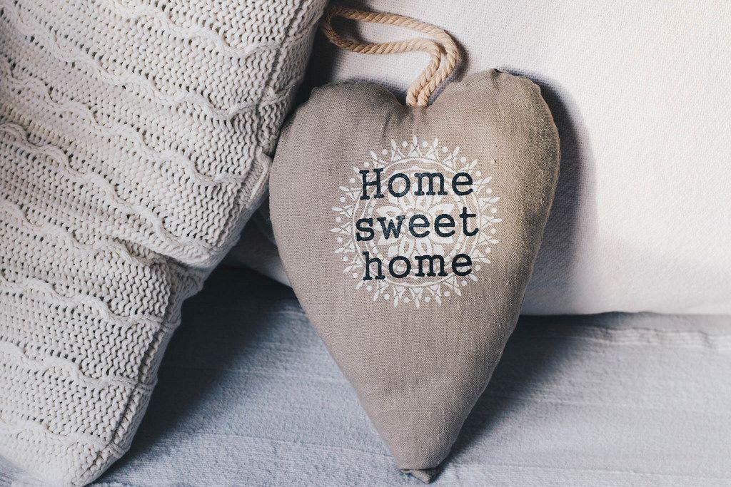 Idee zum Verschönern des Innenraums: kleines Herzkissen mit der Aufschrift Home sweet home