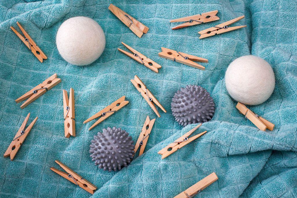 Igelbälle und Wäscheklammern aus Holz
